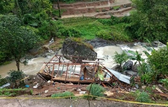 Kondisi rumah warga yang mengalami rusak akibat longsor yang terjadi di Desa Pattongko, Kecamatan Sinjai Tengah, Kabupaten Sinjai, Sulawesi Selatan. /Ashari/AKURATNEWS