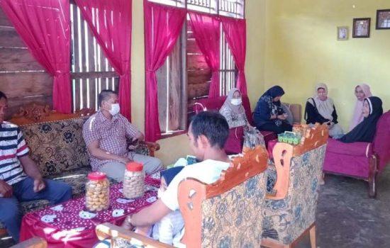 Wakil Bupati Sinjai, Hj. Andi Kartini Ottong, SP.,M.SP saat berada di kediaman ibu Najeriah, istri dari almahrum Abdul Majid, korban kapal tenggelam di Perairan NTT. /Ashari/AKURATNEWS