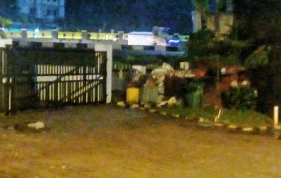 Pintu gerbang bagian belakang kantor Kejari Depok