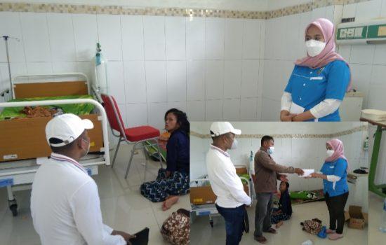DPD KNPI saat memberikan Santunan Dana kepada Pasien Wiwin Winarsih di RSUD Muna